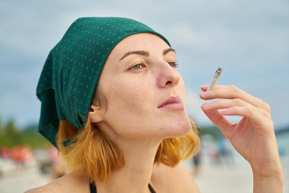 bella donna che fuma