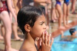 bambino in attesa di nuotare