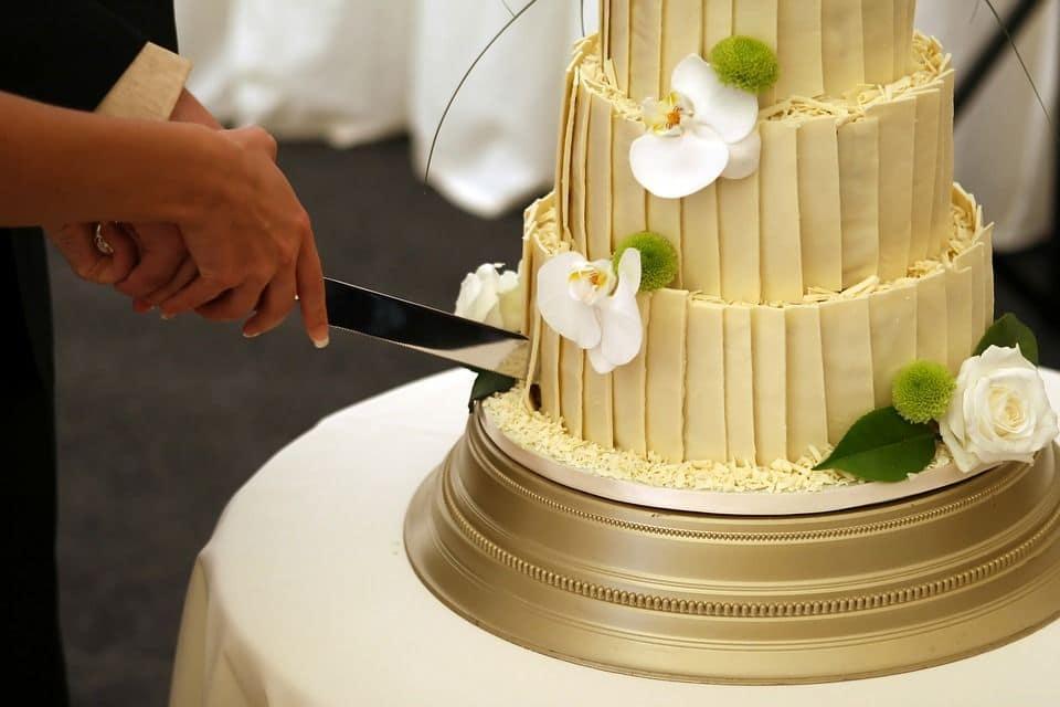 taglio torta durante matrimonio