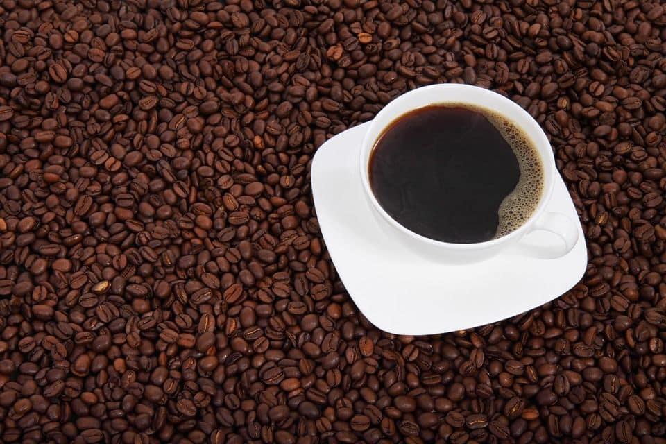 tazza di caffè e tanti chicchi