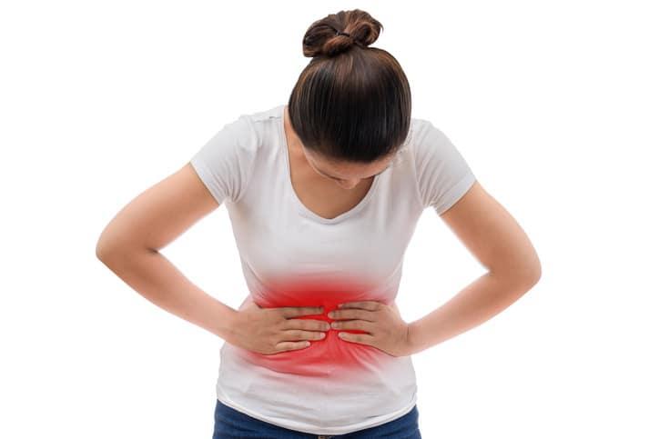donna con crampi allo stomaco