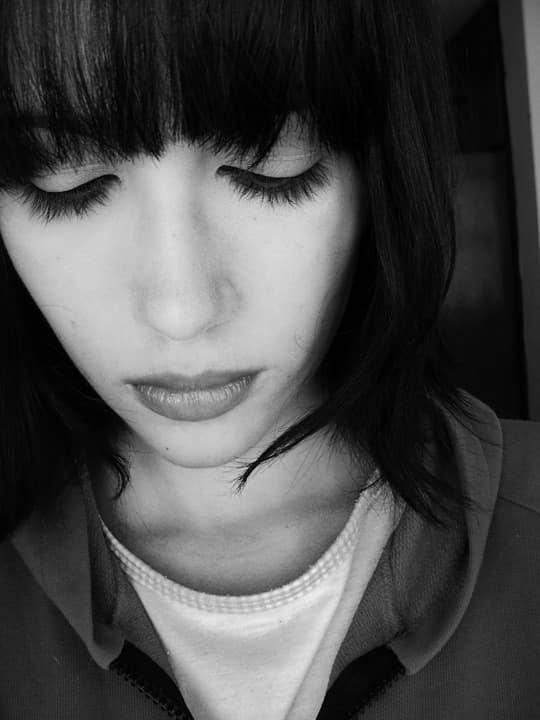 ragazza depressa