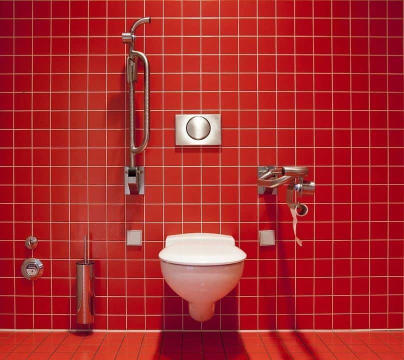 gabinetto ambientato su muro rosso