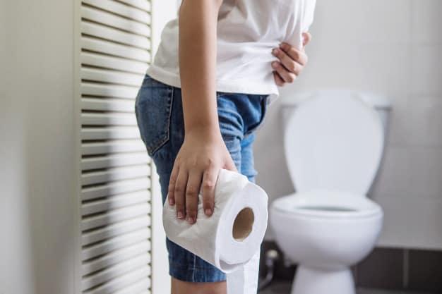 donna con carta igienica