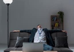 uomo stanco su divano