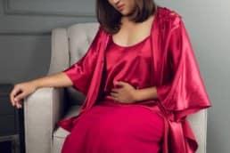 donna con coliche intestinali