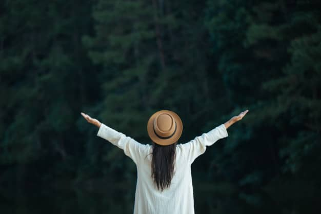donna rilassata nella natura