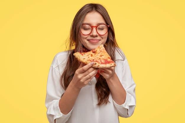 ragazza che mangia pizza